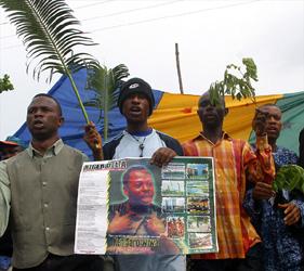 Una protesta contro il governo nigeriano nell anniversario dell esecuzione di Saro-Wiwa
