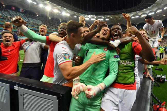 Swiss players celebrate win against France