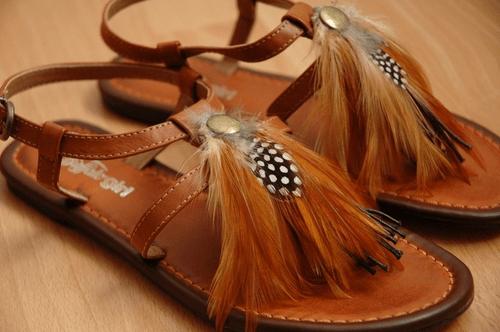 sandalias, plumas