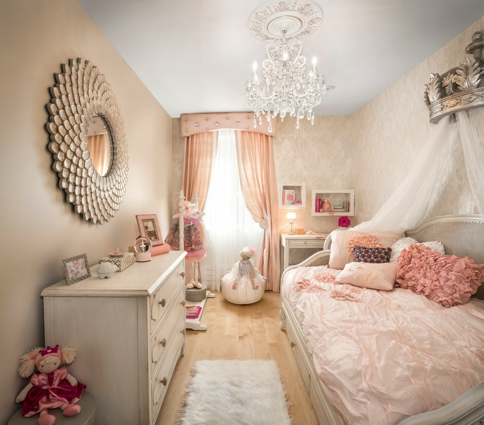 pink girly room discovered by mickeylou
