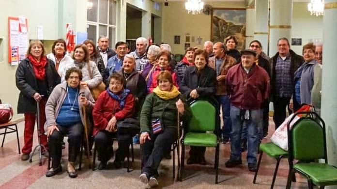 Jubilados a punto de viajar reunidos en la Mutual