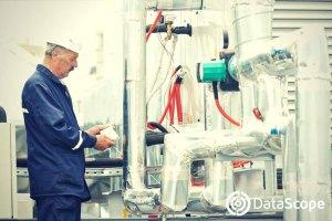 Hombre inspeccionando tuberías
