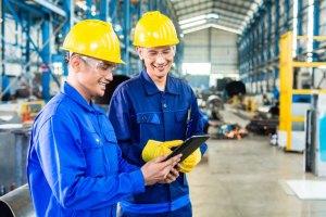 hombres charlando en fabrica