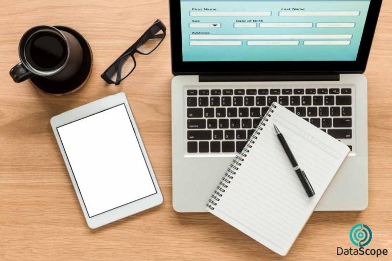 escritorio con elementos digitales