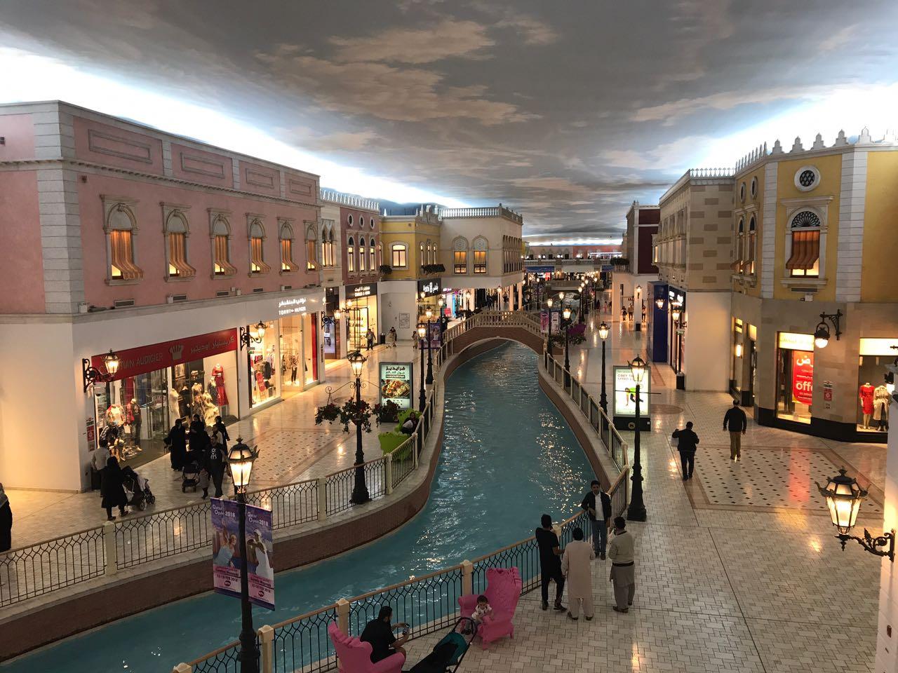 Río y cielo artificial en un exclusivo centro comercial.