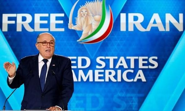 Rudy Giuliani, el abogado personal de Donald Trump, se dirige al mitin MeK en París, que fue blanco de un complot de bomba.