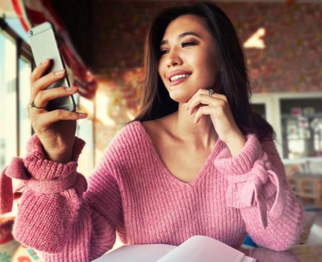 DateAsianWomen, Asian woman messaging, sexy Asian woman