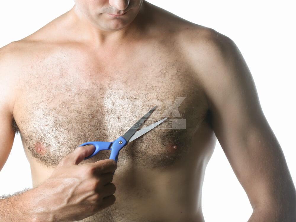 胸毛をカットする男性