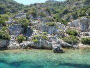Ruinen der versunkenen Stadt Simena an der nördlichen Küste der Insel Kekova. Aufgrund von Erdebeben während der byzantinischen Periode liegen einige der alten Häuser komplett unter Wasser