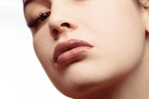 Lighting the lips to show the gloss