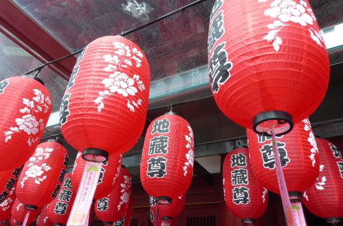 China Town - Singapore Travel Guide - Lanterns outside the Buddha Tooth Relic Temple - red lanterns with Chinese writing on them