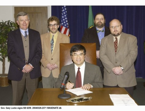 Gov. Gary Locke signs SB 6259. 20040326-2371 WASENATE db