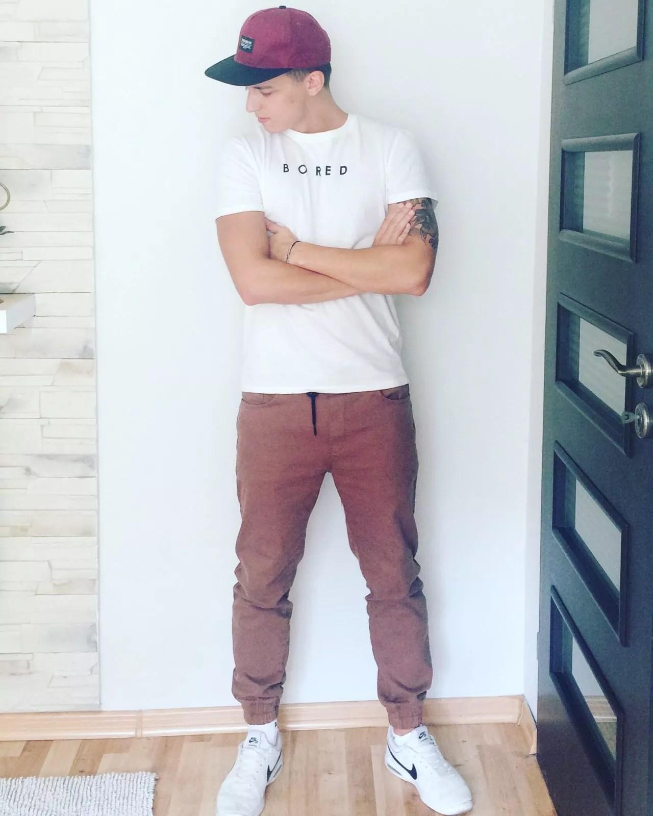 Biały T Shirt i brązowe joggery. Prosta męska stylizacja