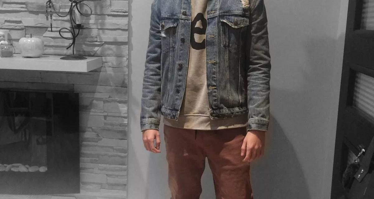 Katana jeansowa i brązowe joggery, luźny styl.