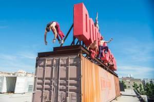 En préparation d'un spectacle sur le toit du Dock D Sud, à Marseille. Photo de Delattre.