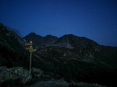 Les étoiles admirées depuis l'abri d'un refuge alpin.