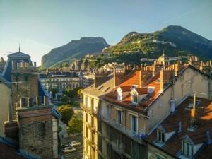 La Bastille de Grenoble depuis un toit surplombant la place Victor Hugo.