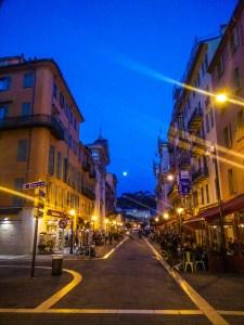 Une rue de Nice, photographiée après une dure journée à faire des acrobaties pour le Carnaval.