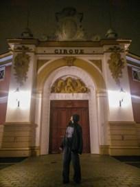 Dimitri devant l'entrée du Centre National des Arts du Cirque, à Châlon-en-Champagne.