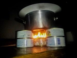 Quand on n'a pas d'électricité et qu'on veut quand même manger un plat chaud, il reste une solution !