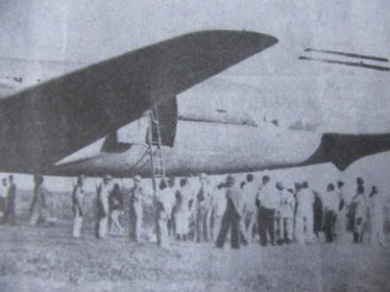 Curiosos aguardam saída da tripulação norte-americana e dos passageiros mongóis Acervo: Diário do Noroeste)