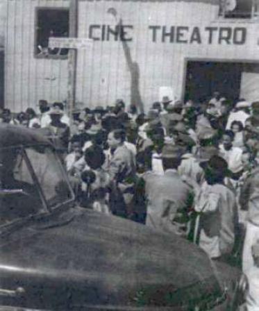 Multidão se forma em frente ao Cine Theatro Paramounth (Foto: Reprodução)