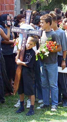 Crianças que sobreviveram prestando as últimas homenagens a Dakic (Foto: Косово)