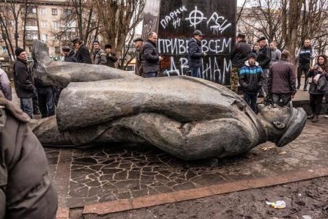 Nacionalistas ucranianos mandam mensagens aos russos por meio de depredações (Foto: Reprodução)