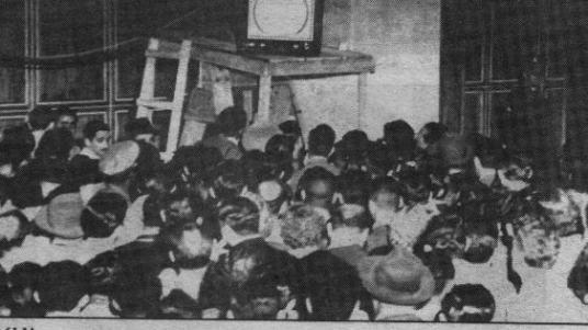 Em 18 de setembro de 1950, uma multidão se reuniu em torno de um pequeno televisor (Foto: Divulgação)