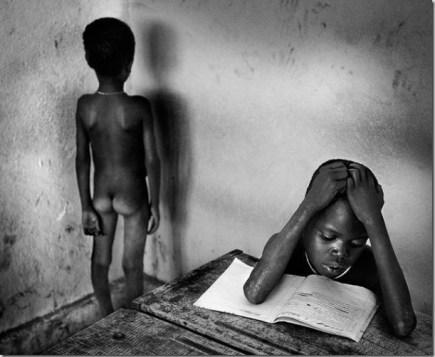 Mesmo nuas, crianças não deixam de ir para a escola na Etiópia (Foto: Jaime Mota)