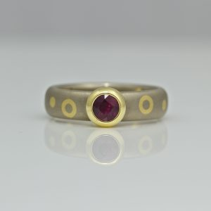 Contemporary ruby ring in yellow gold with dots & circles