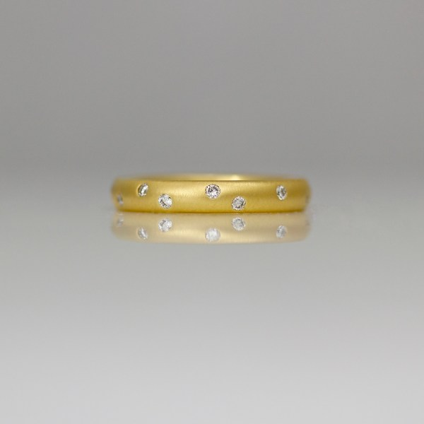 18ct yellow gold ring with random diamonds flush set 0815
