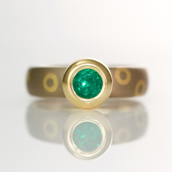 Rub-over set emerald on 18ct dot and circle ring 1017