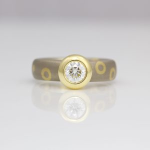 Brilliant cut diamond rub-over set on 18ct gold chunky ring 0937