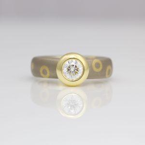Brilliant cut diamond rub-over set on 18ct gold chunky ring 0937