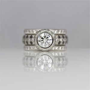 Modern diamond solitaire in platinum