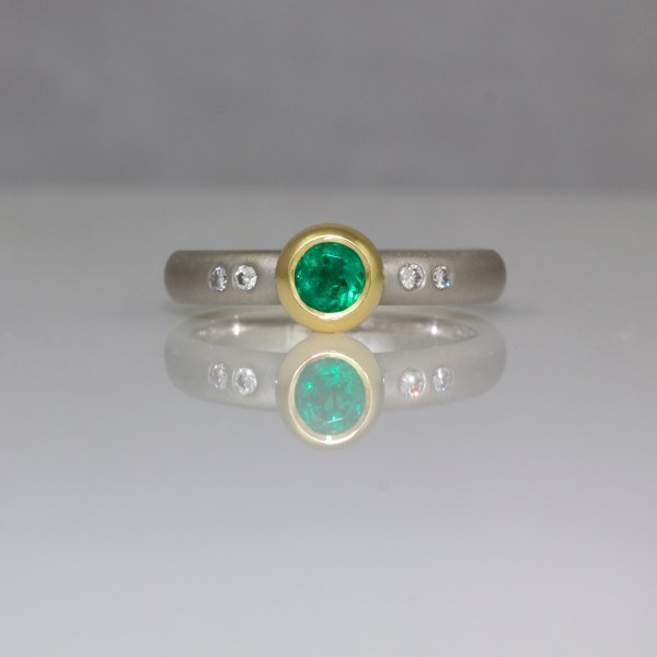 Emerald set in 18ct gold on platinum ring