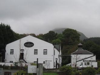 La distilleria e le colline