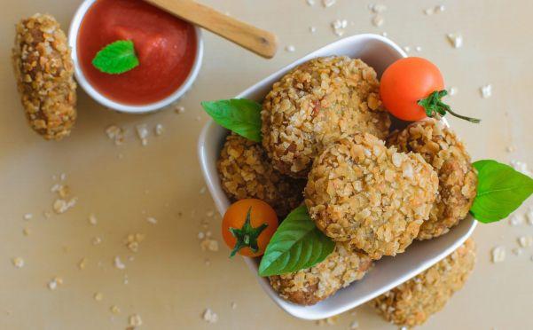 Picoteo de nuggets de garbanzo con tomate