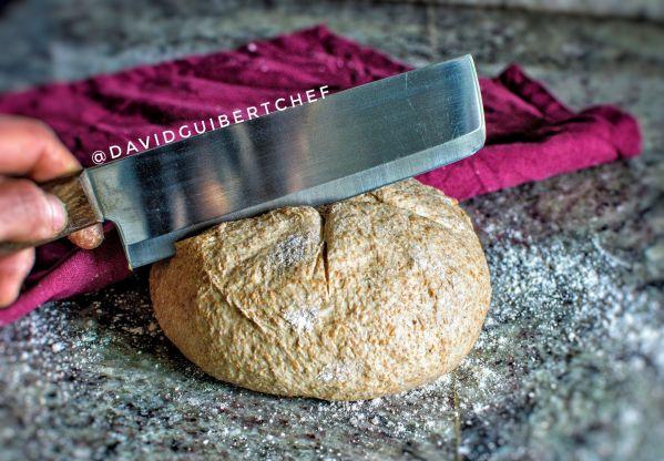 Realizando cortes al pan antes de hornearlo