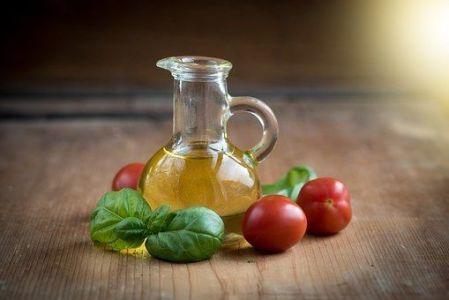 Aceite con tomate y hojas de albahaca