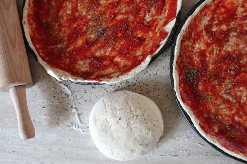 Masa de pizza con tomate y orégano