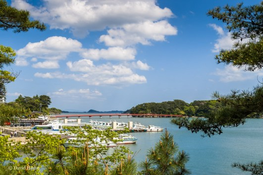 L'île de Fukuura et son pont rouge laqué de 252 m depuis le Godaidô.
