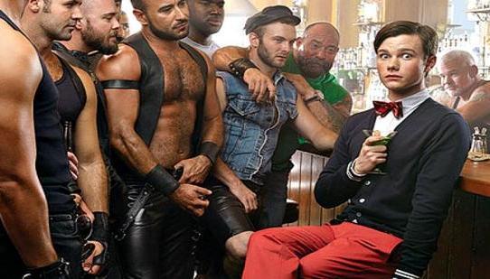 Chris Colfer découvre un nouveau bar