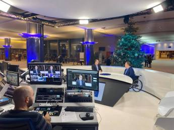Vi spelade in veckans videohälsning i tv-studion på parlamentet. Magnus Berntsson var i stan, så han kunde också vara med.