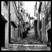 """Takový schody do nebe... v Dubrovniku. Tady se nehraje na """"Žít Dubrovnik"""". Tady se tak normálně sousedsky žije pořád."""