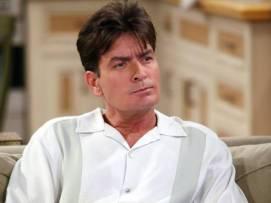 Charlie Sheen: ¿Dónde termina el Charlie de Dos hombres y medio y dónde empieza Charlie Sheen? Ambos son solteros, alcohólicos, caraduras y mujeriegos, así que en este caso es difícil separar a la persona del personaje. A pesar de gozar de una gran popularidad entre el público, tan hartos acabaron los productores de la serie de Charlie Sheen que fue despedido de manera fulminante e incluso se regodearon en este hecho provocando la muerte de su personaje.