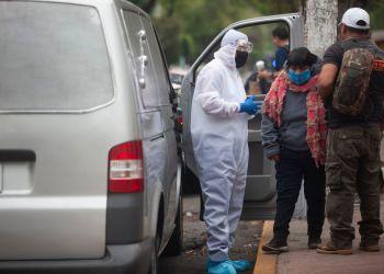 Familiares de un paciente esperan en la puerta delInstituto Nacional de Enfermedades Respiratorias (INER)la carroza que transportaría el cadáver de su familiar fallecido por coronavirus.   En México han fallecido 970 personas  y ha confirmado 1.043 nuevos casos, 10.544 en todo el país.  23 de abril del 2020, Ciudad de México, México.