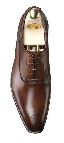 Cómo combinar un traje con zapatos cafés 8