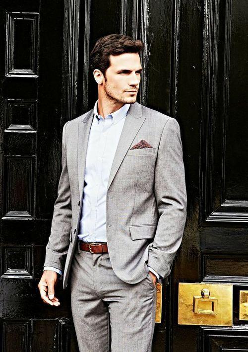 Traje gris con camisa azul cielo sin corbata